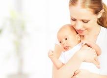 Nyfött behandla som ett barn i armarna av modern Royaltyfria Bilder