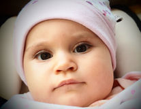 Nyfött behandla som ett barn i ett bilsäte Arkivfoton