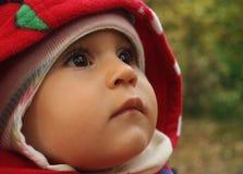 Nyfött behandla som ett barn i ett bilsäte Arkivfoto