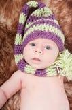 Nyfött behandla som ett barn i randigt lock Royaltyfria Foton