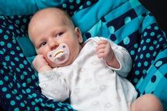 Nyfött behandla som ett barn med en nippel Arkivfoto