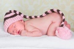 Nyfött behandla som ett barn med pompomhatten Arkivbild
