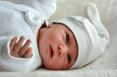 Nyfött behandla som ett barn med varm kläder Arkivbilder