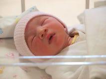 Nyfött behandla som ett barn på sängen Royaltyfri Fotografi