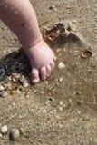 Nyfött behandla som ett barn pojkefoten i sanden Arkivbilder