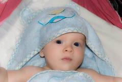 Nyfött behandla som ett barn pojken efter bad i en blå frottéhandduk Royaltyfria Foton