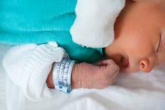 Nyfött behandla som ett barn pojken endast få gammala timmar Arkivfoton