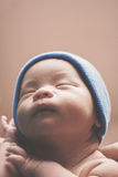 Nyfött behandla som ett barn pojken i brunt Royaltyfria Foton