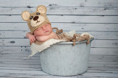 Nyfött behandla som ett barn pojken i en Teaddy björndräkt Arkivbild