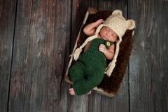 Nyfött behandla som ett barn pojken som bär en björnhatt Arkivbilder