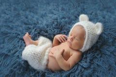 Nyfött behandla som ett barn pojken som bär en dräkt för vit björn royaltyfria foton