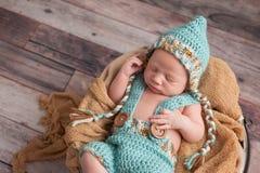 Nyfött behandla som ett barn pojken som bär en Pixie Hat Royaltyfri Bild