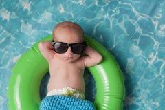 Nyfött behandla som ett barn pojken som svävar på en uppblåsbar badcirkel Royaltyfri Bild