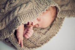 Nyfött behandla som ett barn pojken, stuckit nyfött behandla som ett barn pojken som slås in i stucken Arkivbild