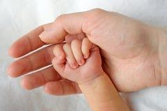 Nyfött behandla som ett barn räcker Royaltyfri Fotografi