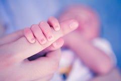 Nyfött behandla som ett barn räcker Royaltyfria Foton