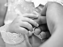Nyfött behandla som ett barn räcker royaltyfri bild