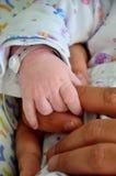 Nyfött behandla som ett barn reflexet Arkivfoton