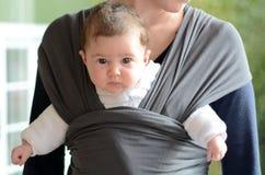 Nyfött behandla som ett barn remmen och sjalen Arkivfoto