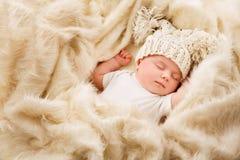 Nyfött behandla som ett barn sömn i hatten som sover den nyfödda ungen, det sovande barnet royaltyfri foto