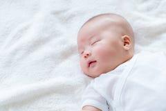 Nyfött behandla som ett barn sömn med leende Royaltyfria Bilder