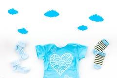 Nyfött behandla som ett barn sömnbegreppet för ` s Att att sätta barnet till säng Behandla som ett barn för bodysuiten moln nära  Arkivfoto