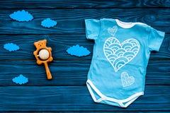Nyfött behandla som ett barn sömnbegreppet för ` s Att att sätta barnet till säng Behandla som ett barn för bodysuiten moln nära  Arkivbilder