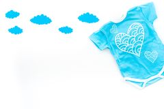 Nyfött behandla som ett barn sömnbegreppet för ` s Att att sätta barnet till säng Behandla som ett barn bodysuiten nära fördunkla Arkivbild