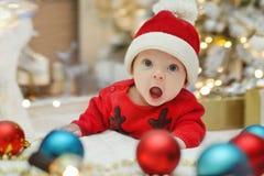 Nyfött behandla som ett barn santa Royaltyfri Bild