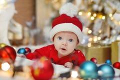Nyfött behandla som ett barn santa Arkivfoton