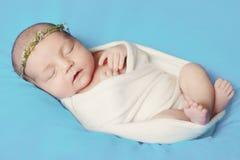 Nyfött behandla som ett barn sovande Fotografering för Bildbyråer