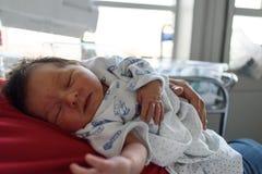 Nyfött behandla som ett barn sovande på pappa royaltyfria foton
