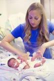 Nyfött för tidigt behandla som ett barn i intensivvården för sjukhuset NICU arkivbild