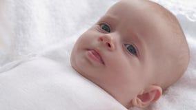 Nyfött med härliga ögon ser upp mamma- och showtungslut, förälderlek med hennes lilla dotter lager videofilmer
