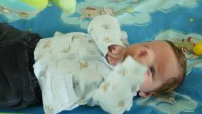 Nyfött se färgrikt behandla som ett barn leksaken arkivfilmer