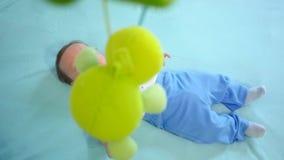 Nyfött se färgrikt behandla som ett barn leksaken lager videofilmer