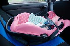Nyfött sova i bilsäte det isolerade begreppet 3d framför säkerhet vit Spädbarnet behandla som ett barn flickan säker körning med  Arkivfoto