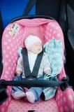 Nyfött sova i bilsäte det isolerade begreppet 3d framför säkerhet vit Spädbarnet behandla som ett barn flickan säker körning med  Arkivbild