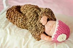 nyfött sova för dockaflicka Royaltyfri Foto