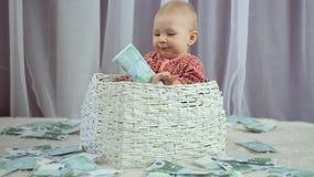 Nyf?tt behandla som ett barn blickar som pengar faller p? honom stock video