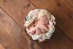 Nyfödd flicka som sover i träbunke Arkivfoton