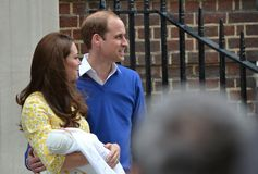 Nyfödda kungliga par behandla som ett barn prinsessan Arkivfoto