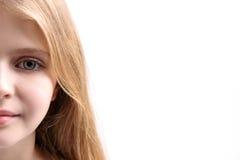Nyfiken ögonkast av det unga nätta barnet Royaltyfria Bilder