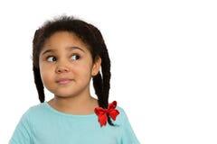 Nyfiken afrikansk amerikanflicka som ser till sidan Arkivbild