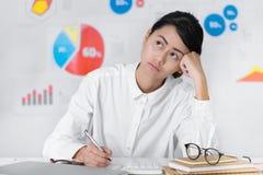 Nyfiken asiatisk affärskvinna, medan arbeta affär och finans royaltyfria bilder
