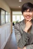 Nyfiken kvinna för blandat lopp inom hall av huset royaltyfri fotografi