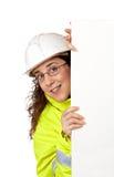 nyfiken kvinnligarbetare för konstruktion Arkivfoto