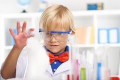 Nyfiken liten kemist Arkivbilder