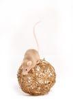 Nyfiken liten mus på den guld- bollen Arkivbilder