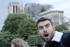 Nyfiken man som tar en selfie i Notre Dame, Paris royaltyfri bild